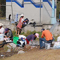 Jiquipilco, Mex.- Un grupo de mujeres habitantes de la zona norte del Estado, lavan su ropa en un pozo ya que carecen del servicio de agua potable. Agencia MVT / Rummenige Velasco. (DIGITAL)<br /> <br /> <br /> <br /> NO ARCHIVAR - NO ARCHIVE