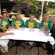 Ondertekening sponsorcontracten SV Huizen, Jan van As, Pieter van der Roest, Cees Teeuwissen, Willem de Vries, Cor Lustig, SV Huizen voorzitter Evert van der Roest