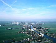 Nederland, Zuid-Holland, het Groene Hart, 01-12-2005; luchtfoto (25% toeslag); de Oude Rijn ter hoogte van Groenendijk, richting Zoeterwoude-Rijndijk (met silo op het terrein van de Heinekenbrouwerij); aan de verre horizon Leiden; planologie, verstedelijking, milieu, landschap, landbouw.foto Siebe Swart