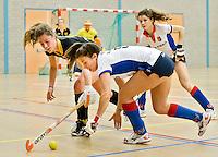 UTRECHT - Hoofdklasse Zaalhockey:Renske Siersema (r) en Merel de Blaey  van Den Bosch in duel tijdens de wedstrijd tussen de vrouwen van Den Bosch en SCHC.  FOTO KOEN SUYK