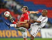 Fussball International Laenderspiel Oesterreich - Venezuela Roman Wallner (AUT,li) gegen Luis Vallenilla (VEN,re)