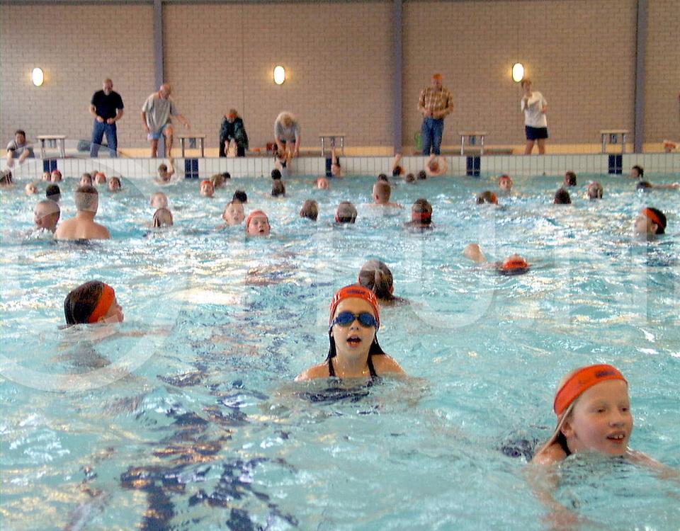 Fotografie Frank Uijlenbroek©1999/Frank Uijlenbroek.991108 ommen ned.zwemmen voor Foster Parents in zwembad.op foto de school uit Witharen..