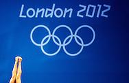 LONDEN - Een schoonspringster in actie tijdens een training in het Aquatics Centre tijdens de Olympische Spelen in Londen.