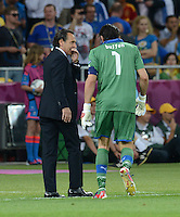 FUSSBALL  EUROPAMEISTERSCHAFT 2012   FINALE Spanien - Italien            01.07.2012 Trainer Cesare Prandelli (li) und Torwart Gianluigi Buffon (re, beide Italien) sind enttaeuscht
