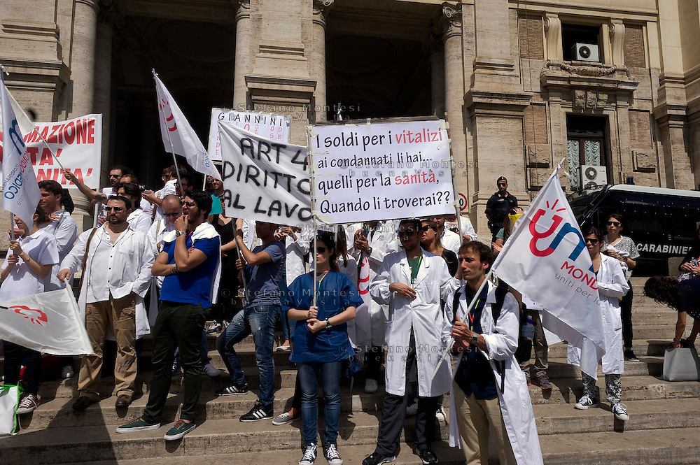 Roma 14 Maggio 2015<br /> Manifestazione del Coordinamento Mondo Medico di fronte al Ministero dell'Istruzione e della Ricerca per richiedere il diritto, alla formazione e al lavoro dei medici laureati e al Governo di investire sulla Sanità. <br /> Rome May 14, 2015<br /> Demostration  of the World Medical Coordination  in front of the Ministry of Education and Research to request the right to training and employment of medical graduates and the government to invest in Health Care.
