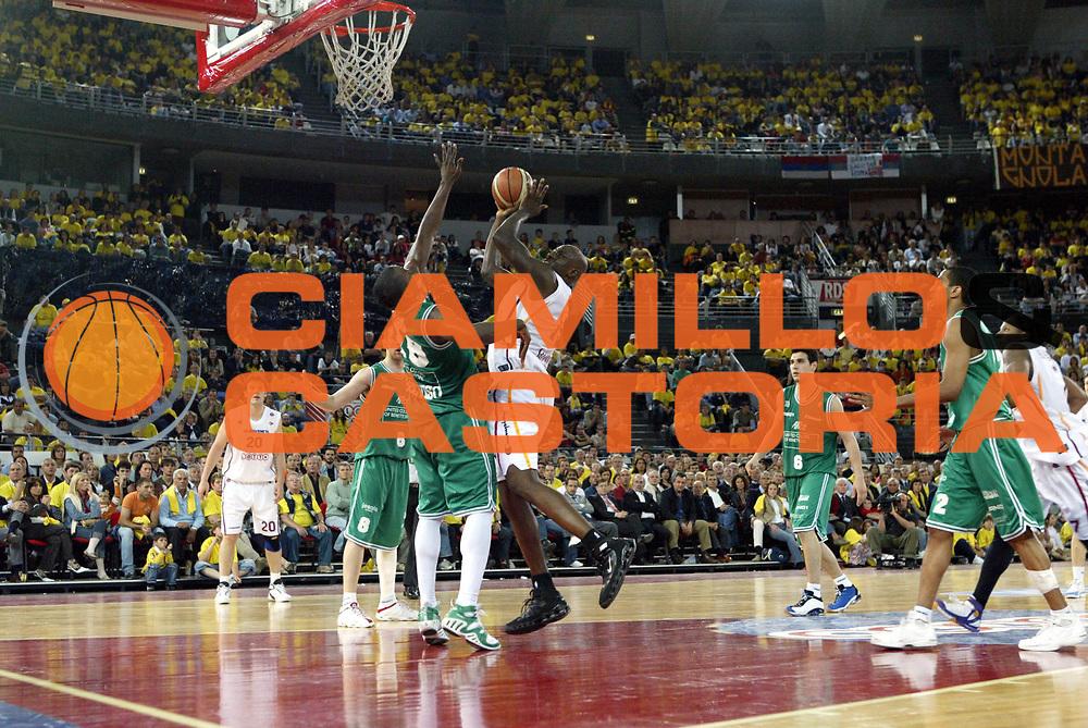 DESCRIZIONE : Roma Lega A1 2005-06 Play Off Semifinale Gara 2 Lottomatica Virtus Roma Benetton Treviso<br />GIOCATORE : Ekezie<br />SQUADRA : Lottomatica Virtus Roma<br />EVENTO : Campionato Lega A1 2005-2006 Play Off Semifinale Gara 2 <br />GARA : Lottomatica Virtus Roma Benetton Treviso<br />DATA : 03/06/2006 <br />CATEGORIA : Tiro<br />SPORT : Pallacanestro <br />AUTORE : Agenzia Ciamillo-Castoria/M.Cacciaguerra