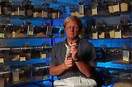 Deutschland, DEU, Halle/Saale: Professor Rolf Gattermann, Spezialist für Goldhamster (Mesocricetus auratus), forscht an der Martin-Luther-Universität Halle-Wittenberg. Im Institut für Zoologie hält er einen Goldhamster, der untersucht werden soll. Im Hintergrund Käfige mit Goldhamstern. | Germany, DEU, Halle/Saale: Prof. Dr. Rold Gattermann, specialized on Golden Hamster (Mesocricetus auratus) research at the Martin-Luther-University of Halle-Wittenberg, Germany at the laboratory, holding a hamster for a check, in the back hamsters in their cages. |