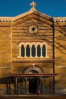 Idealement situe sur le haut des amphitheatres romains, a deux pas de la Basilique, le Fourviere Hotel reinvente l&rsquo;ancien couvent de la Visitation.<br /> En 1854 sur la colline de Fourviere qui abritait alors de nombreux monasteres, en retrait des berges de la Saone, le couvent de la Visitation Sainte-Marie est l&rsquo;une des premieres &oelig;uvres lyonnaises de Pierre-Marie Bossan (1814-1888), plus connu pour etre l&rsquo;architecte de la basilique Notre-Dame de Fourviere.<br /> Comme beaucoup d&rsquo;autres, le monastere a connu au XXe siecle les vicissitudes liees a la baisse des vocations et aux difficultes economiques de l&rsquo;ordre, qui sont allees s&rsquo;accentuant apres la Seconde guerre mondiale. Il est alors vendu &agrave; la Ville de Lyon en 1965.<br /> Loue en 1970 aux Hospices Civils de Lyon pour loger des eleves infirmieres, il est transform&eacute; en 1974 pour recevoir les archives des Hospices, conservees alors a l&rsquo;Hotel Dieu.  Ses points forts:<br /> - Une reception insolite situee dans l&rsquo;ancienne chapelle du Couvent <br /> - Un parcours visuel cr&eacute;&eacute; specialement pour les lieux par l&rsquo;artiste franco-argentin Pablo Reinoso<br /> - L&rsquo;histoire de Lyon racontee a travers les personnages qui l&rsquo;ont fa&ccedil;onnee, sur les portes des 75 chambres r&eacute;parties sur 3 niveaux <br /> - &ldquo;Les telephones&rdquo;, restaurant deploye autour du peristyle du couvent avec vue sur le jardin.