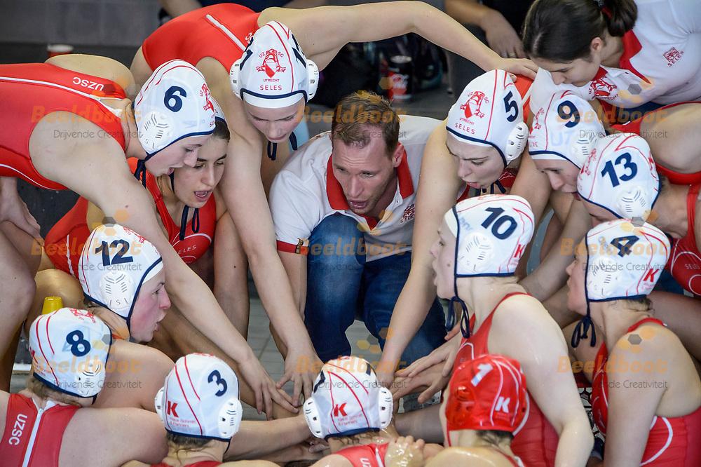 07-04-2018: Waterpolo: UZSC v Het Ravijn: Utrecht<br /> <br /> (L-R) Coach Gerrit-Jan Schothans van UZSC met team UZSC tijdens het Eredivisie duel tussen UZSC  en Het Ravijn op 7 april in zwembad De Krommerijn in Utrecht<br /> <br /> Eredivisie dames - Seizoen 2017 / 2018 <br /> Kwart finale play-offs<br /> <br /> Foto: Gertjan Kooij