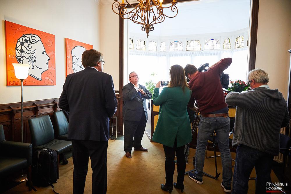 Den Haag , 28 april 2017 - De VVD-voorzitter Henry Keizer in het hoofdkantoor van Facultatieve Media geeft uitleg over het in opspraak raken doordat hij niet integer gehandeld zou hebben bij een Zzakendeal bleek uit een stuk van journalisten van Follow the Money.<br /> Foto: Phil Nijhuis