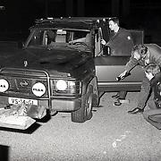 NLD/Muiderberg/19930131 - Achtervolging gestolen auto door het Gooi gevolg door schietpartijop banden door politie in Muiderberg, onderzoek technische recherche