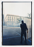 """Napoli, No Global Forum, marzo 2001. 17 marzo, """"Global Action Day"""", corteo contro il forum OCSE sul digital divide. Piazza Municipio, tentativi di sfondamento della """"zona rossa""""."""