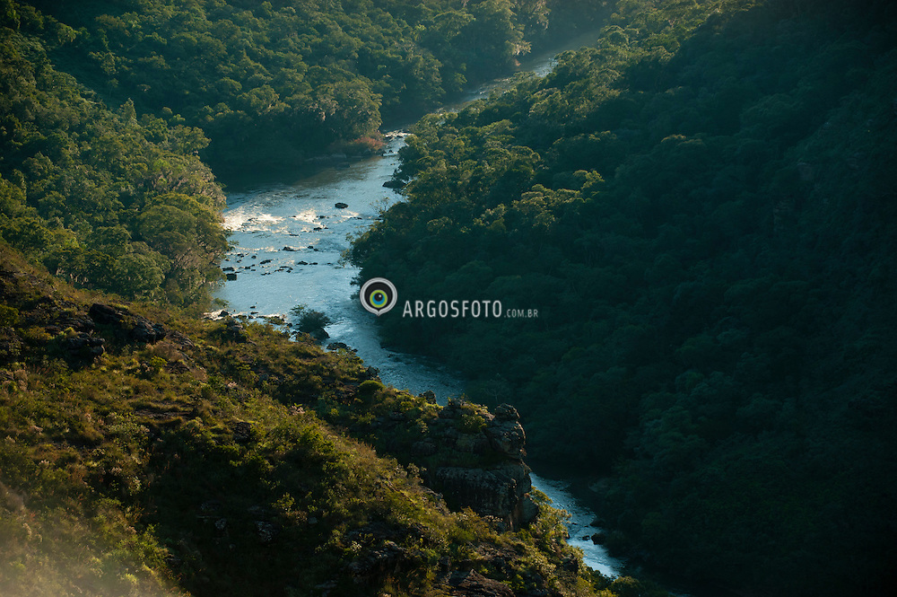 O Canion da Guartela, um canion brasileiro situado no planalto dos Campos Gerais, entre os municipios brasileiros de Castro e Tibagi, no estado do Parana. Considerado o 6° maior canino do mundo e o maior do Brasil, com cerca de 30km de extensao e desniveis de ate 450 metros. Foi escavado pelo Rio Iapo, que pelo canion consegue atravessar o paredao que separa o primeiro do segundo Planalto Paranaense./ The Guartela Canyon is a canyon located on the plateau of the Brazilian Campos Gerais, between the municipalities and Tibagi de Castro, state of Parana. It is considered the 6 th largest canine in the world and largest in Brazil, with about 30km long and a maximum gap of 450 meters. Iapo was excavated by the river, the canyon that can cross the wall that separates the First and Second Paraná Plateau.