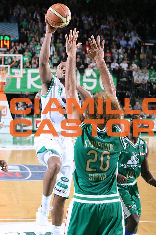 DESCRIZIONE : Treviso Lega A 2009-10 Basket Benetton Treviso Montepaschi Siena<br /> GIOCATORE : Gary Neal<br /> SQUADRA : Benetton Treviso<br /> EVENTO : Campionato Lega A 2009-2010<br /> GARA : Benetton Treviso Montepaschi Siena<br /> DATA : 03/01/2010<br /> CATEGORIA : Tiro<br /> SPORT : Pallacanestro<br /> AUTORE : Agenzia Ciamillo-Castoria/G.Contessa<br /> Galleria : Lega Basket A 2009-2010 <br /> Fotonotizia : Treviso Campionato Italiano Lega A 2009-2010 Benetton Treviso Montepaschi Siena<br /> Predefinita :
