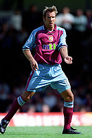Paul Merson (Aston Villa). Leicester City v Aston Villa, 19/8/2000, F.A. Carling Premiership. Credit : Colorsport / Matthew Impey.