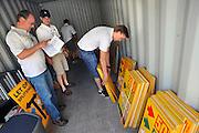 Nederland, Nijmegen, 18-7-2010Medewerkers van de 4daagse sorteren de routeborden voor de eerste wandeldag. Per dag moeten de ongeveer 120 borden gesorteerd en opgehangen worden om de wandelaars van de verschillende afstanden de goede kant op te wijzen.Foto: Flip Franssen/Hollandse Hoogte