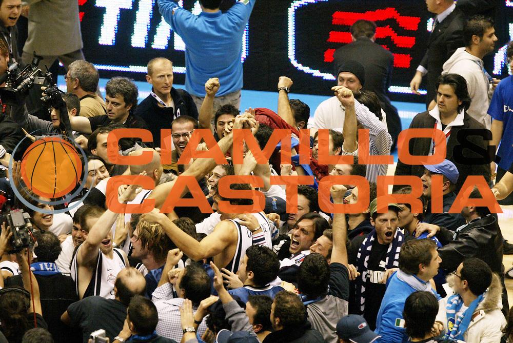 DESCRIZIONE : Forli Lega A1 2005-06 Coppa Italia Final Eight Tim Cup Carpisa Napoli Lottomatica Virtus Roma <br /> GIOCATORE : Team Napoli Tifosi <br /> SQUADRA : Carpisa Napoli <br /> EVENTO : Campionato Lega A1 2005-2006 Coppa Italia Final Eight Tim Cup Finale <br /> GARA : Carpisa Napoli Lottomatica Virtus Roma <br /> DATA : 19/02/2006 <br /> CATEGORIA : Esultanza <br /> SPORT : Pallacanestro <br /> AUTORE : Agenzia Ciamillo-Castoria/L.Moggi