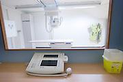 De r&ouml;ntgenkamer van het calamiteitenhospitaal. Bij het calamiteitenhospitaal in Utrecht worden slachtoffers van grote rampen als eerste behandeld. Afhankelijk van de ernst van de verwonding, wordt het slachtoffer ingedeeld in rood, geel of groen. Het hospitaal is uniek in Europa en is gevestigd in de voormalige atoombunker onder het UMC Utrecht.<br /> <br /> The X-ray room of the trauma and emergency hospital. At the basement of the UMC Utrecht a special hospital for emergency and major incidents is based. Patients are being labelled by number and depending on the injuries they will be transported to the zone red, yellow or green.