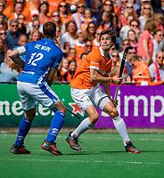BLOEMENDAAL -  Florian Fuchs (Bldaal) met Sander de Wijn (Kampong)   tijdens finale van de play-offs om de Nederlandse titel, Bloemendaal tegen titelhouder Kampong. COPYRIGHT  KOEN SUYK