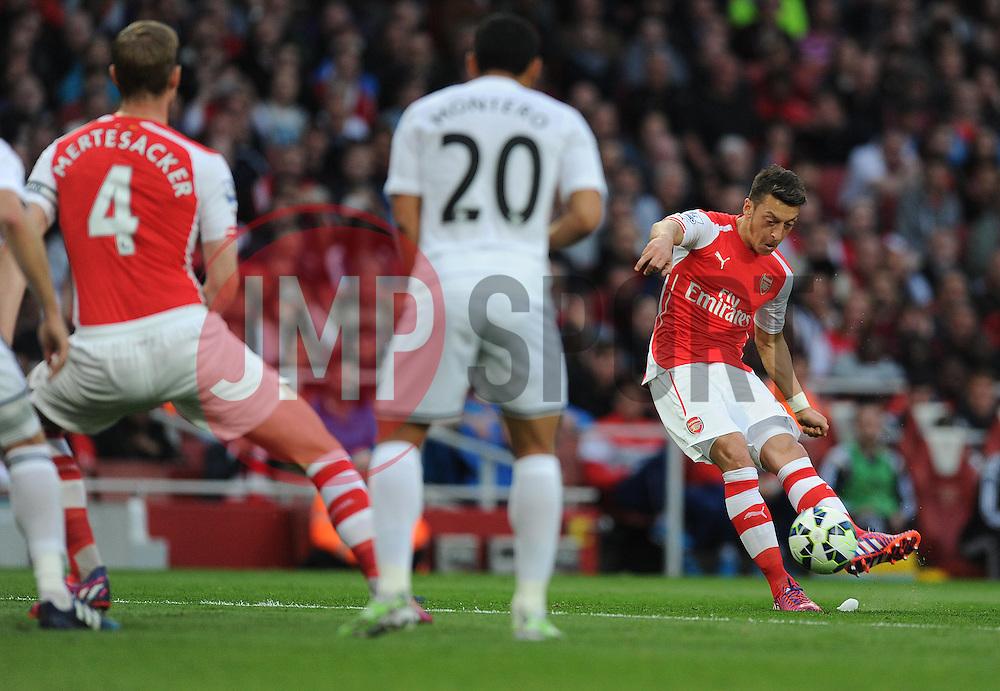 Arsenal's Mesut Ozil misses his freekick. - Photo mandatory by-line: Alex James/JMP - Mobile: 07966 386802 - 11/05/2015 - SPORT - Football - London - Emirates Stadium - Arsenal v Swansea City - Barclays Premier League