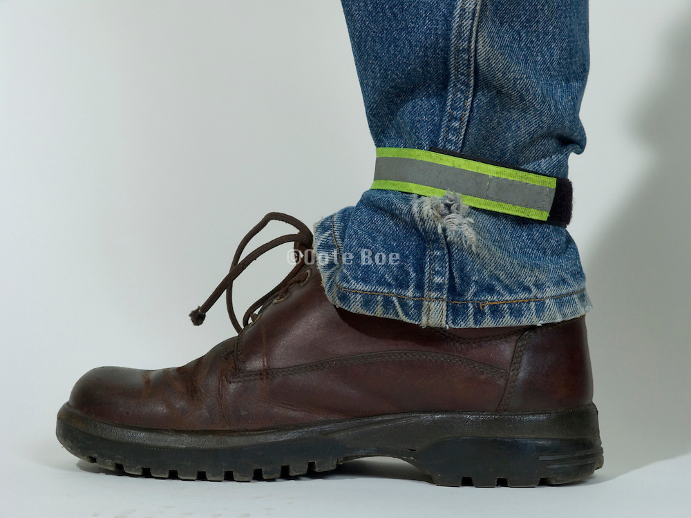 strap around ankle to protect pants during cycling