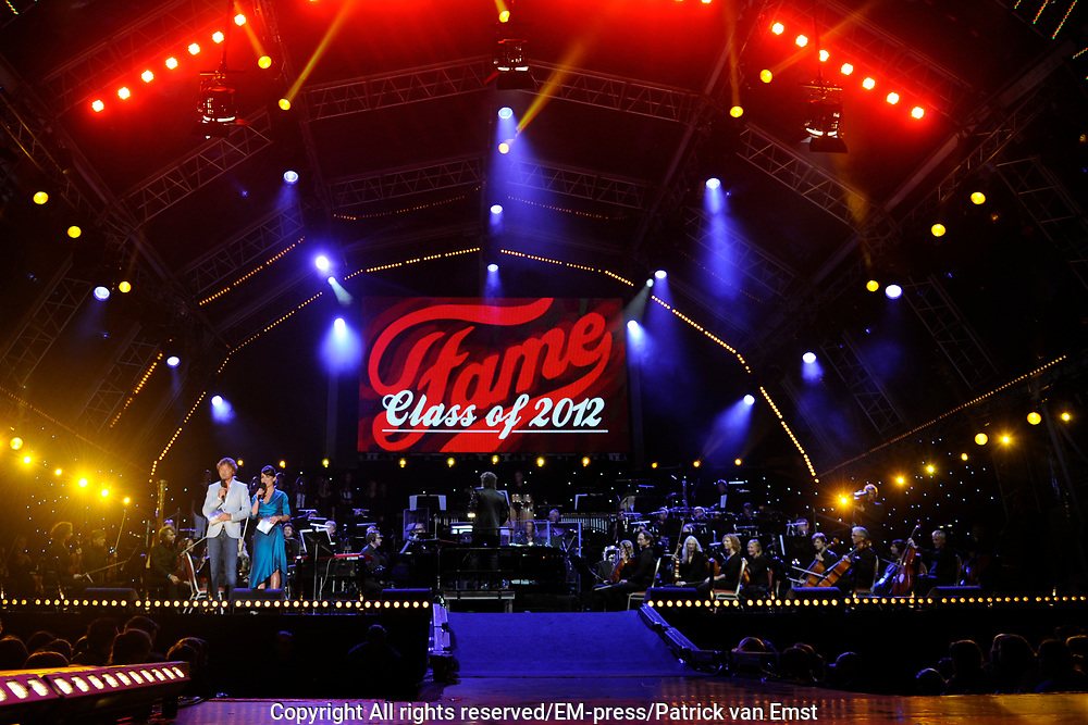 Musical Sing a Long , de afsluiter van de Amsterdamse Uitmarkt met sterren uit alle grote musicals. Op het museumplein, Amsterdam.<br /> <br /> Op de foto:  Pas afgestuurden van de Musical Opleiding in Fame