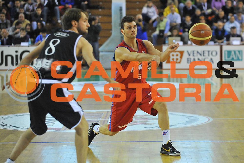 DESCRIZIONE : Casale Monferrato Lega A 2011-12 Novipiu Casale Monferrato Canadian Solar Bologna<br /> GIOCATORE : Stefano Gentile<br /> CATEGORIA : Passaggio<br /> SQUADRA : Novipiu Casale Monferrato<br /> EVENTO : Campionato Lega A 2011-2012<br /> GARA : Novipiu Casale Monferrato Canadian Solar Bologna<br /> DATA : 25/04/2012<br /> SPORT : Pallacanestro<br /> AUTORE : Agenzia Ciamillo-Castoria/S.Ceretti<br /> Galleria : Lega Basket A 2011-2012<br /> Fotonotizia : Casale Monferrato Lega A 2011-12 Novipiu Casale Monferrato Canadian Solar Bologna<br /> Predefinita :