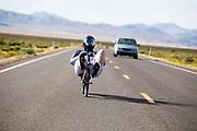 Natasha Noir tijdens de derde racedag. In Battle Mountain (Nevada) wordt ieder jaar de World Human Powered Speed Challenge gehouden. Tijdens deze wedstrijd wordt geprobeerd zo hard mogelijk te fietsen op pure menskracht. De deelnemers bestaan zowel uit teams van universiteiten als uit hobbyisten. Met de gestroomlijnde fietsen willen ze laten zien wat mogelijk is met menskracht.<br /> <br /> In Battle Mountain (Nevada) each year the World Human Powered Speed Challenge is held. During this race they try to ride on pure manpower as hard as possible.The participants consist of both teams from universities and from hobbyists. With the sleek bikes they want to show what is possible with human power.