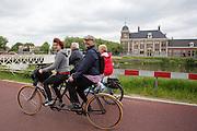 Een stel rijdt op een tandem uit 1901 voorbij de Munt. Bij Utrecht wordt de tandemtocht gehouden. De tocht werd van 1975 tot 1982 jaarlijks gehouden en was in die tijd een groots succes. Organisator Herbert Kuner, een expert in oude fietsen, wil het nu nieuw leven inblazen. In totaal rijden dit jaar vijftien tandems mee. Tijdens de route van 40km rondom Utrecht hoeven de fietsers slechts zes verkeerslichten te passeren.<br /> <br /> A couple rides on a 1901 tandem passing the Munt. In Utrecht, the tandem tour is held. The tour was held annually from 1975 to 1982 and at that time was a grand success. Organizer Herbert Kuner, an expert in old bikes, wants to restart the tradition. In total this season, with fifteen tandems. During the route of 40km around and Utrecht cyclists passing only six traffic lights.