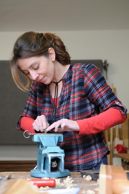 Frau beim Feilen eines Schlüssels   |  woman  rasping a key  |