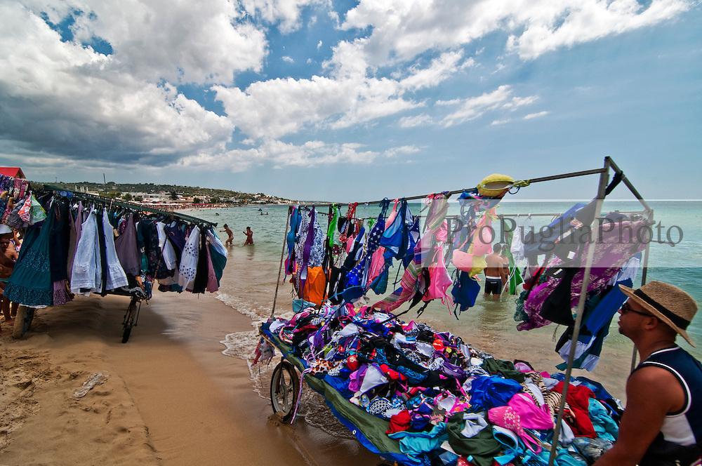 Salento - Puglia - Marina di Pescoluse - Venditori ambulanti di vestiti.