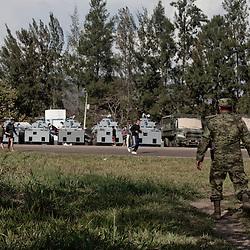 L'esercito, soprattutto nella zona costiera, sembra non essere dalla parte dell'autodifesa. A Coalcoman hanno allestito un campo con carri antisommossa, nel caso in cui la popolazione tutta intervenga contro il disarmo.