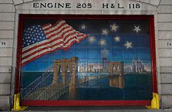 30-10-2015 USA: NYC Marathon We Run 2 Change Diabetes day 2, New York<br /> Na Expo met de groep op de fiets NY verkennen / Entree brandweer, garagedeur