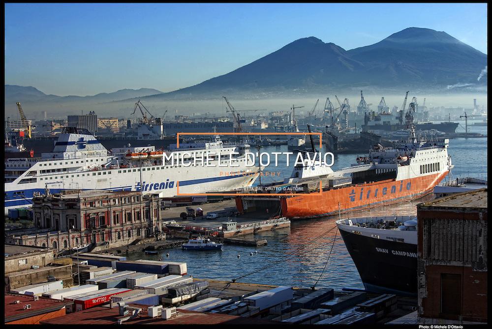 Napoli lungomare e area portuale vista dalla terrazza del nuovo Hotel Romeo di via Cristoforo Colombo