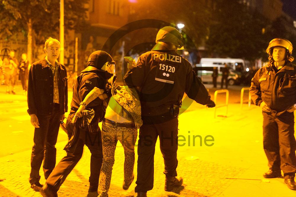 Polizisten nehmen nach der Demonstration auf dem Dorfplatz in der Rigaer Stra&szlig;e am 05.07.2016 in Berlin, Deutschland einen Teilnehmer fest. Wegen des andauernden Polizeieinsatzes und der Teilr&auml;umung des besetzten Haus in der Rigaer Stra&szlig;e 94 gibt es in der Stra&szlig;e immer wieder Demonstrationen und Aktionen. Foto: Markus Heine / heineimaging<br /> <br /> ------------------------------<br /> <br /> Ver&ouml;ffentlichung nur mit Fotografennennung, sowie gegen Honorar und Belegexemplar.<br /> <br /> Bankverbindung:<br /> IBAN: DE65660908000004437497<br /> BIC CODE: GENODE61BBB<br /> Badische Beamten Bank Karlsruhe<br /> <br /> USt-IdNr: DE291853306<br /> <br /> Please note:<br /> All rights reserved! Don't publish without copyright!<br /> <br /> Stand: 07.2016<br /> <br /> ------------------------------