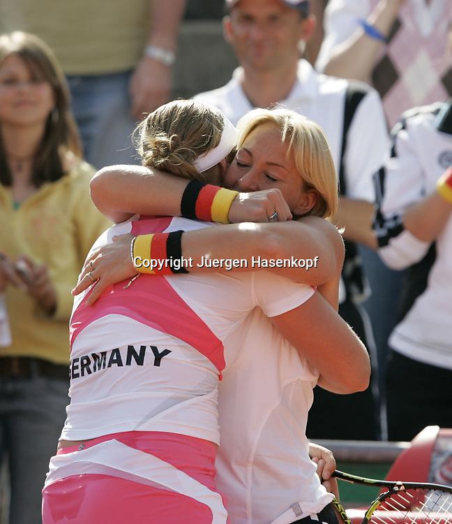 Fed Cup Germany - Croatia , ITF Damen Tennis Turnier in Fuerth, Wettbewerb der Mannschaft von Deutschland gegen Kroatien. Anna-Lena Groenefeld(GER) und Kapitaen Barbara Rittner jubeln nach Sieg.<br /> Foto: Juergen Hasenkopf<br /> B a n k v e r b.  S S P K  M u e n ch e n, <br /> BLZ. 70150000, Kto. 10-210359,<br /> +++ Veroeffentlichung nur gegen Honorar nach MFM,<br /> Namensnennung und Belegexemplar. Inhaltsveraendernde Manipulation des Fotos nur nach ausdruecklicher Genehmigung durch den Fotografen.<br /> Persoenlichkeitsrechte oder Model Release Vertraege der abgebildeten Personen sind nicht vorhanden.