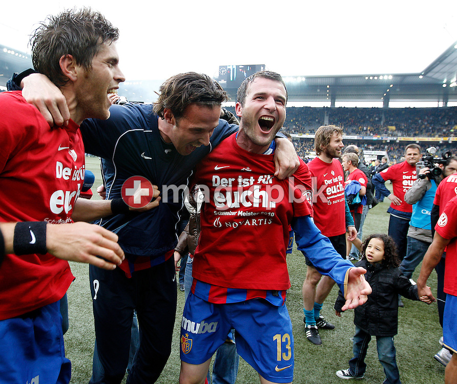 (L-R) FC Basel players Benjamin Huggel, Marco Streller and Alex Frei celebrate after the final whistle in the Super League (National League A) soccer match between BSC Young Boys (YB) and FC Basel (FCB) at the Stade de Suisse stadium in Bern, Switzerland, Sunday, Mai 16, 2010. FC Basel have won the Swiss football championship beating Young Boys of Bern 2-0 in the last match of the season. (Photo by Patrick B. Kraemer / MAGICPBK)