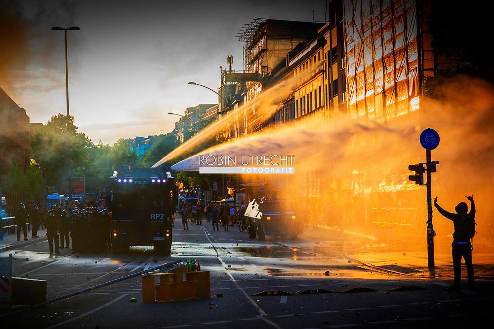 HAMBURG - riots in hamburg during the G 20 meeting . copyrught robin. utrecht <br /> HAMBURG - Veel verschillende rellen in verschillende wijken van Hamburg ivm de G20 Top. Een grote politiemacht met o.a. arrestatieteams hebben de grootste moeite om de orde te herstellen.