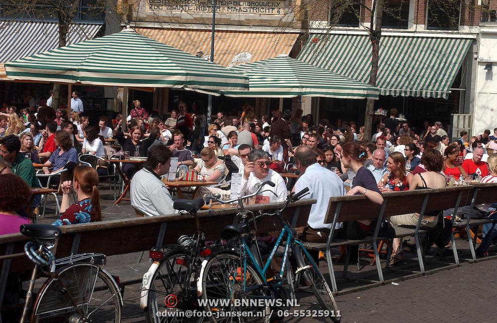 Mensen op terras Grote Markt Den Haag