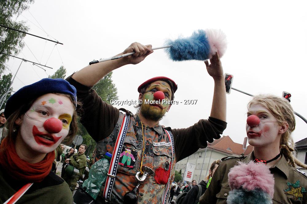 """4 Juin - Rostock : Les clowns se présentent comme une alliance regroupant, """"fous, rebelles, radicaux, racailles, escrocs et traîtres""""."""