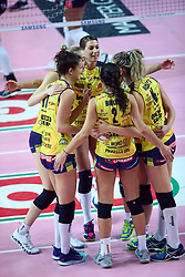 09-12-2017 ITA: Igor Gorgonzola Novara - Imoco Volley Conegliano, Novara<br /> Vreugde bij Imoco Volley Conegliano na de 3-2 winst, Robin de Kruijf #5 of Conegliano<br /> <br /> *** Netherlands use only ***