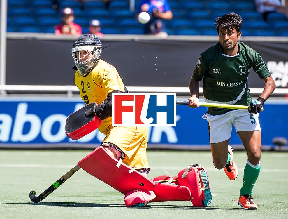 BREDA -  keeper Loic van Doren (Bel) met Toseeq Arshad (Pak)  .  keeper Loic van Doren (Bel) stopt de bal. Belgie-Pakistan om de 5e plaats . Belgie wint shoot-outs. COPYRIGHT  KOEN SUYK