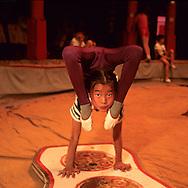 Mongolia. Ulaanbaatar. circus school for children Oulan†Bator    /  ecole de cirque pour enfants; Oulan†Bator contorsionisme  /  R221/35    L921008c  /  P0002752