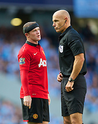 22.09.2013, Etihad Stadion, Manchester, ENG, Premier League, Manchester City vs Manchester United, 5. Runde, im Bild Manchester United's Wayne Rooney and referee Howard Webb during the English Premier League 5th round match between Manchester City and Manchester United at the Etihad Stadium, Manchester, Great Britain on 2013/09/22. EXPA Pictures © 2013, PhotoCredit: EXPA/ Propagandaphoto/ David Rawcliffe<br /> <br /> ***** ATTENTION - OUT OF ENG, GBR, UK *****