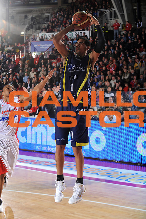 DESCRIZIONE : Varese Lega A 2009-10<br /> Cimberio Varese Sigma Coatings Montegranaro<br /> GIOCATORE : Marcus De Sousa Marquinhos<br /> SQUADRA : Sigma Coatings Montegranaro<br /> EVENTO : Campionato Lega A 2009-2010 <br /> GARA :  Cimberio Varese Sigma Coatings Montegranaro<br /> DATA : 28/02/2010<br /> CATEGORIA : Tiro<br /> SPORT : Pallacanestro <br /> AUTORE : Agenzia Ciamillo-Castoria/A.Dealberto<br /> Galleria : Lega Basket A 2009-2010 <br /> Fotonotizia : Varese Campionato Italiano Lega A 2009-2010 Cimberio Varese Sigma Coatings Montegranaro<br /> Predefinita :