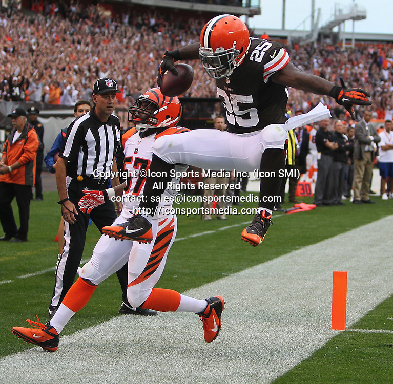 September 29, 2013 - Cleveland, OH, USA - Cleveland Browns running back Chris Ogbonnaya, right, scores on a 1-yard pass from quarterback Brian Hoyer during the fourth quarter against the Cincinnati Bengals at FirstEnergy Stadium in Cleveland, Ohio, on Sunday, September 29, 2013