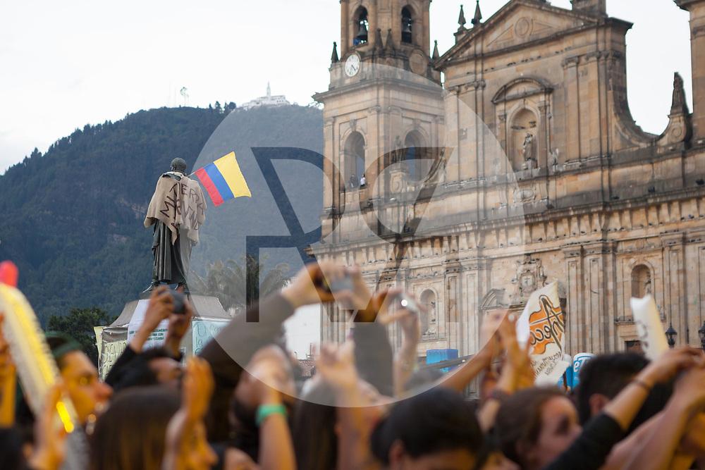 KOLUMBIEN - BOGOTA - Kolumbianische Flagge vor der Catedral Primada de Colombia am Concierto de la Esperanza, Plaza de Bolívar - 14. Mai 2014 © Raphael Hünerfauth - http://huenerfauth.ch