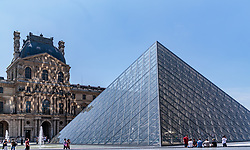 THEMENBILD - Außenansicht der Louvre Glaspyramide und des Louvre Palastes mit Touristen und Besuchern, aufgenommen am 09. Juni 2016 in Paris, Frankreich // Exterior View of the Louvre glass pyramid and Louvre palace with tourists and visitors, Paris, France on 2016/06/09. EXPA Pictures © 2017, PhotoCredit: EXPA/ JFK