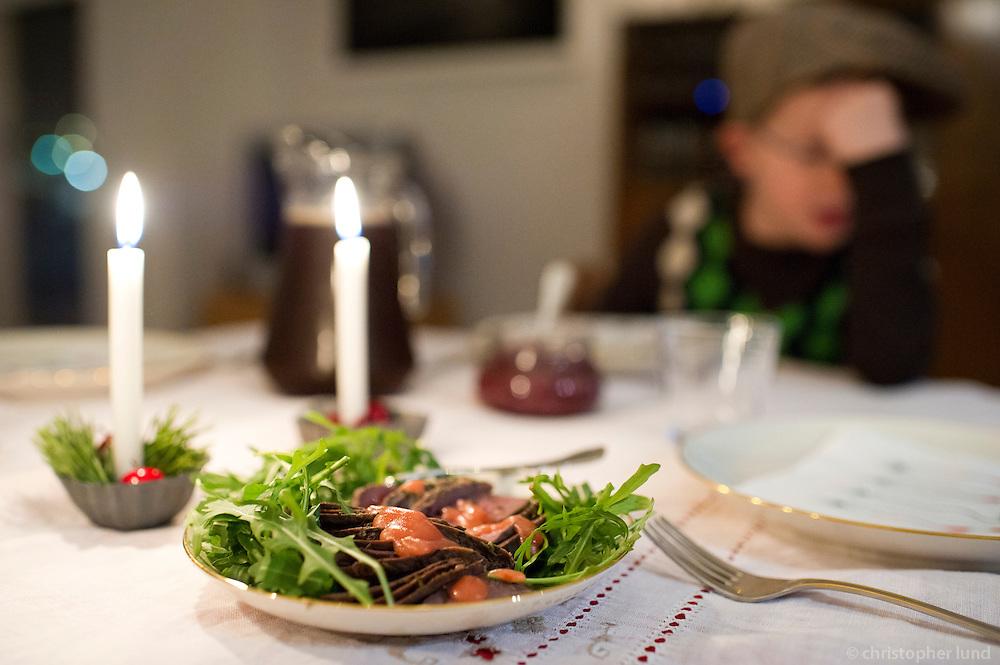 Forrétturinn kominn á borð, heitreykt heiðagæs með klettasalati og hindberja vinegrette.