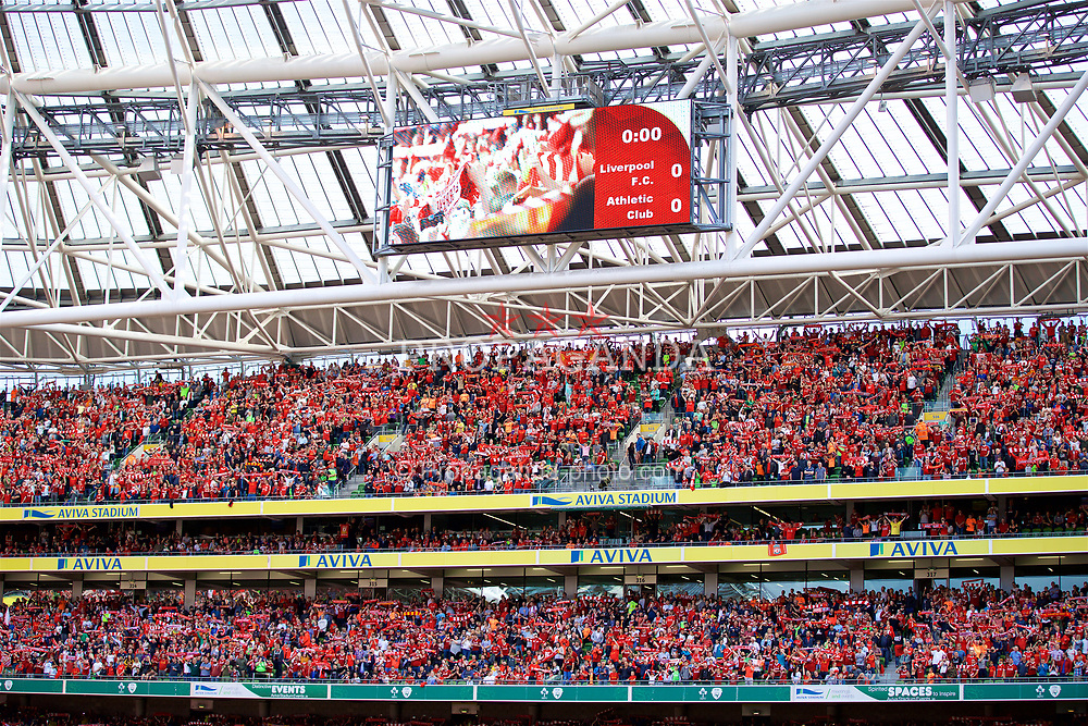 "DUBLIN, REPUBLIC OF IRELAND - Saturday, August 5, 2017: Liverpool supporters sing ""You'll Never Walk Alone"" before a preseason friendly match between Athletic Club Bilbao and Liverpool at the Aviva Stadium. (Pic by David Rawcliffe/Propaganda)"